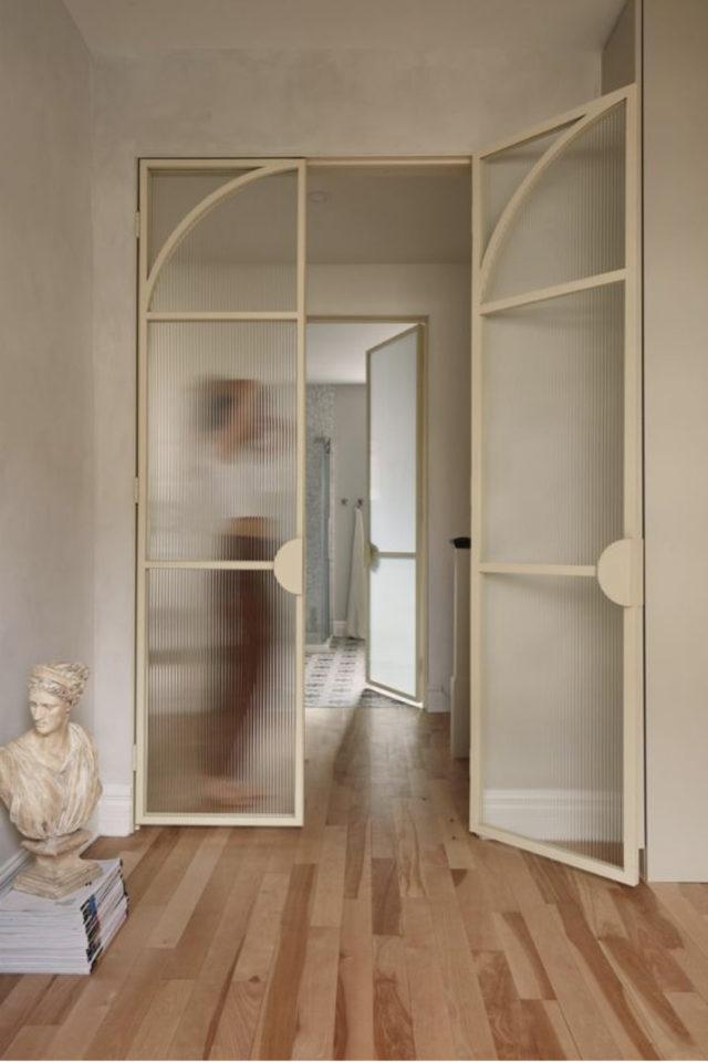 porte vitree interieure moderne exemple montant blanc écru vitre floutée élégance
