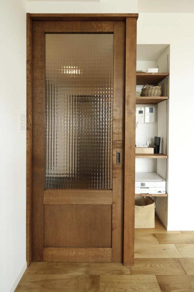 porte vitree interieure moderne exemple bois vitre striée et fumée
