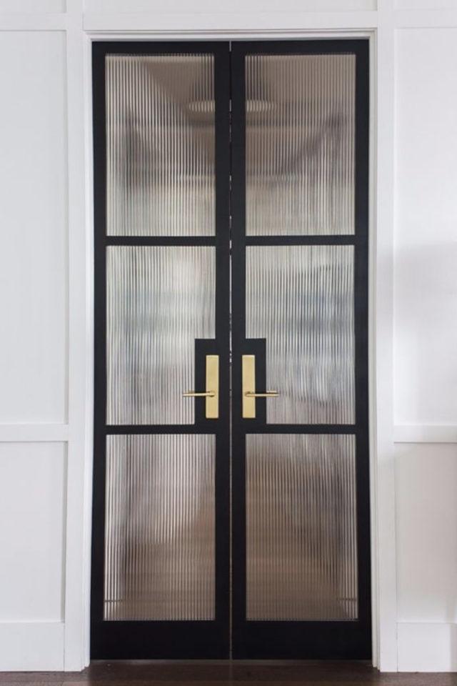 porte vitree interieure moderne exemple vitre opaque floue montant et bati noir et poignée de porte laiton porte double