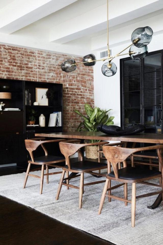salle a manger decoration masculine exemple chaise design bois mid century vintage revêtement mural brique effet industriel authentique