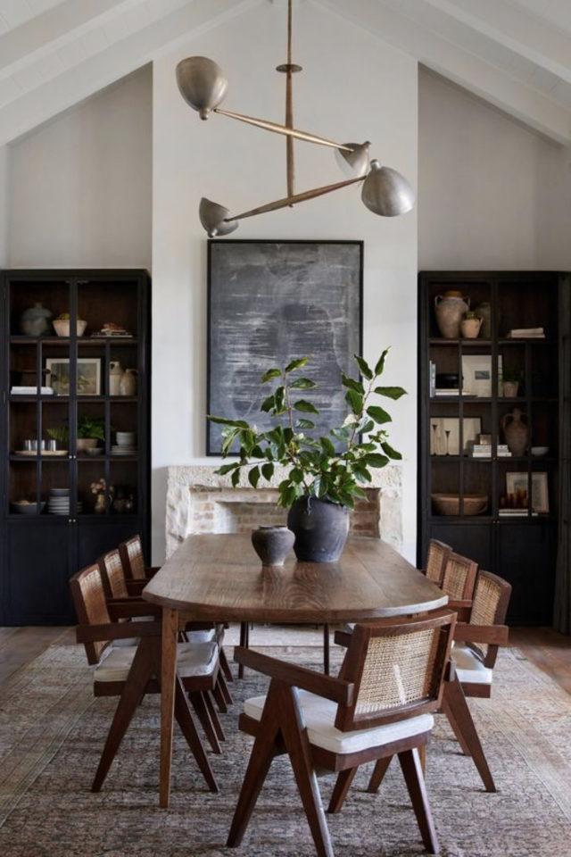 salle a manger decoration masculine exemple table ovale en bois chaises cannage vintage mid century moderne bibliothèque et cheminée