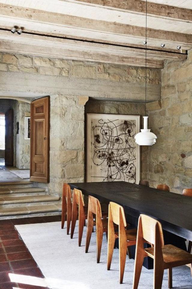 salle a manger decoration masculine exemple table noir 10 personnes chaises rétro mid century modern revêtement mural naturel et authentique pierre