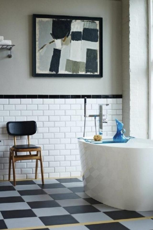 salle de bain soubassement exemple carrelage blanc métro style rétro avec frise noire