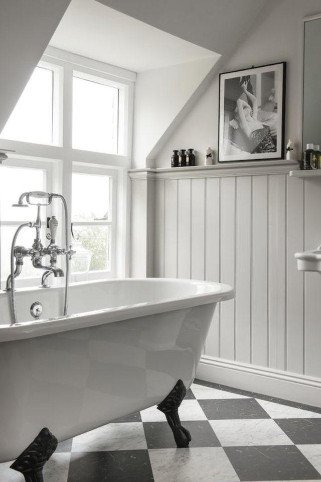 salle de bain soubassement exemple lambris clair style classique chic proximité baignoire