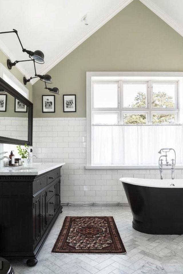 salle de bain soubassement exemple baignoire noire soubassement blanc mur vert sauge