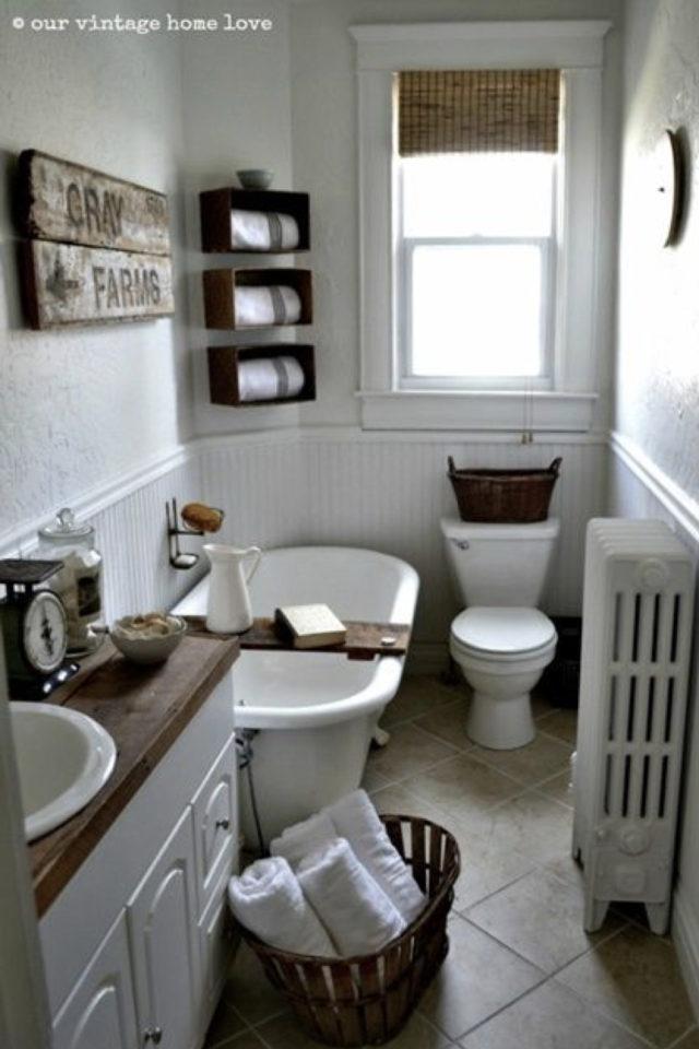 salle de bain soubassement exemple petit espace plein de charme toilettes baignoire meuble vasque