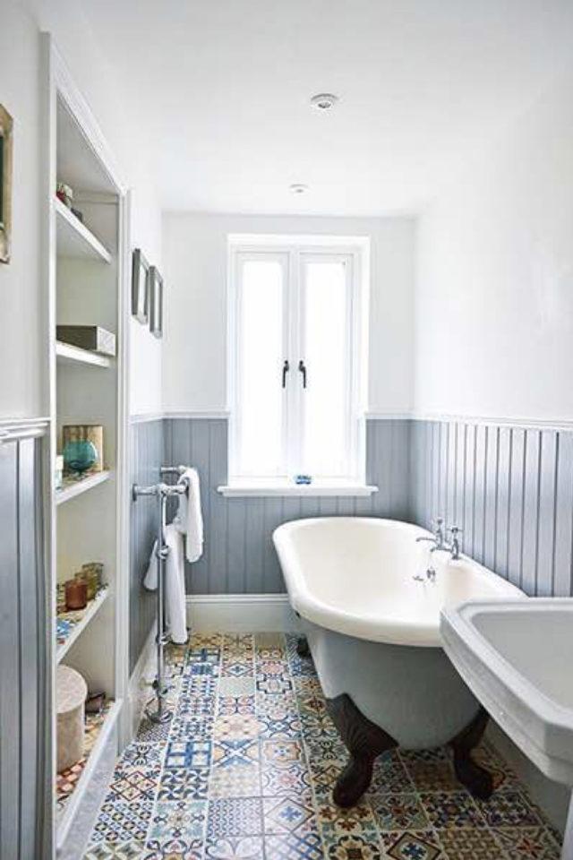 salle de bain soubassement exemple bleu et blanc lumineux tout en longueur