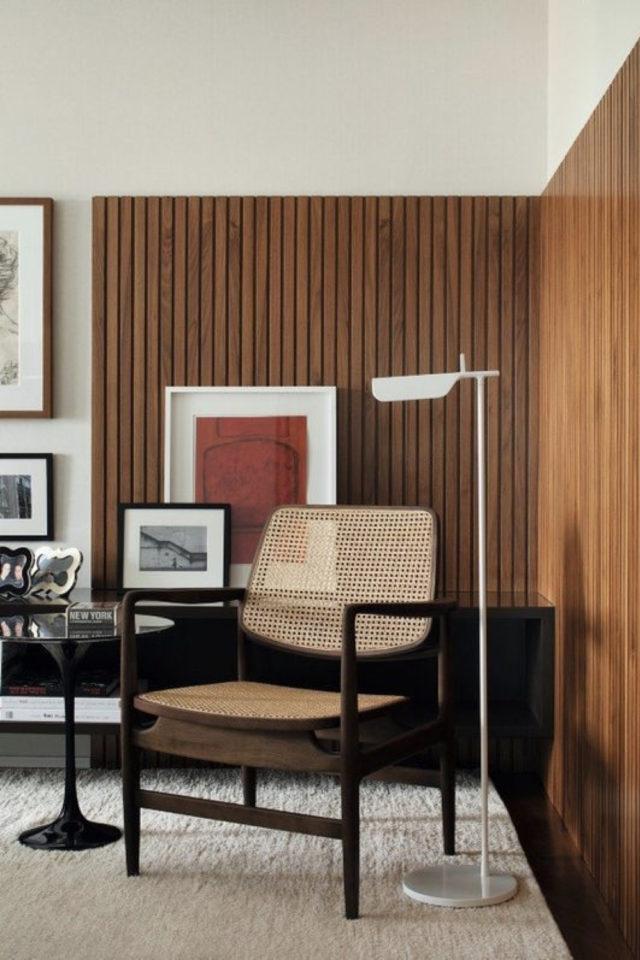 salon sejour vintage exemple chaise cannage rétro revêtement mural lambris bois fin