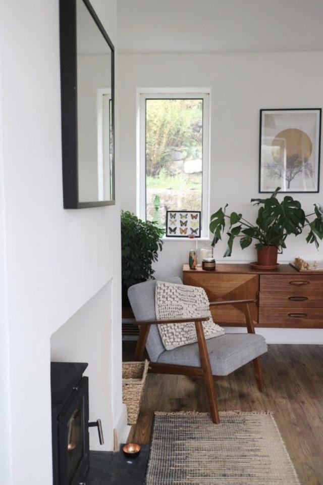 salon sejour vintage exemple fauteuil bois tissus gris enfilade bois sombre plantes vertes peinture blanche