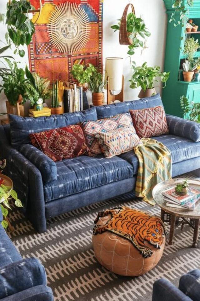 salon style boheme chic plantes vertes canapé pièce à vivre couleur tenture murale