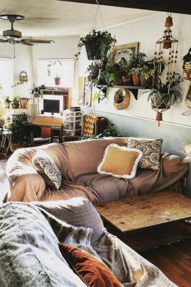 salon style boheme chic plantes vertes plaid sur canapé douceur étagères murales