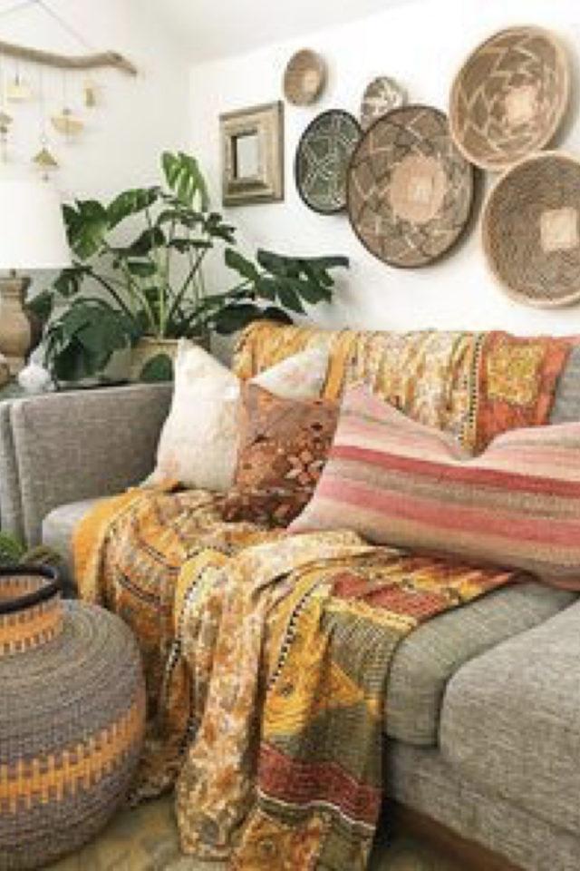 salon style boheme chic plantes vertes décor mural ethnique simplicité