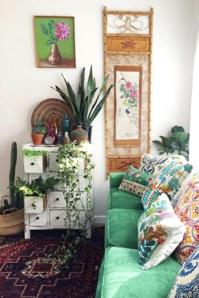 salon style boheme chic plantes vertes canapé vert meuble récup lumière naturelle