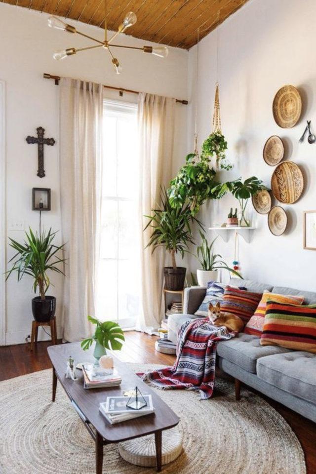 salon style boheme chic plantes vertes canapé gris ambiance conviviale et lumineuse