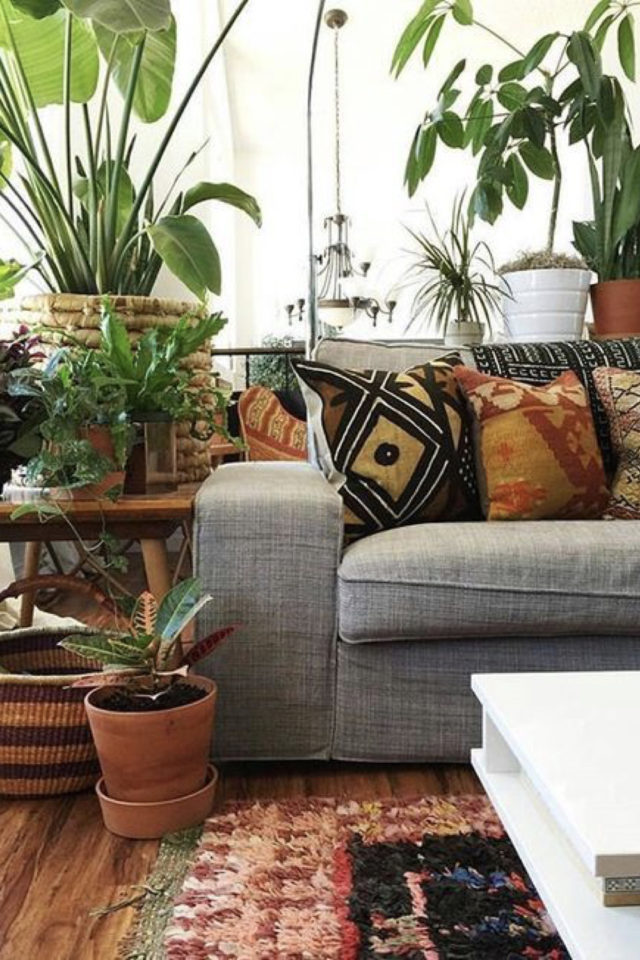 salon style boheme chic plantes vertes canapé gris coussin motifs ethniques colorés