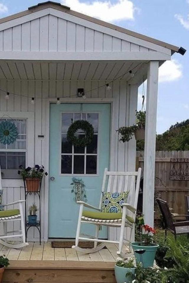 she shed jardin cest quoi cabanon extérieur lambris blanc porte bleu vert chaises terrasse