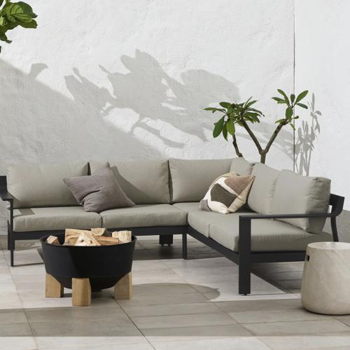 tendance jardin confort 2021 canapé d'angle extérieur structure noir coussin beige neutre