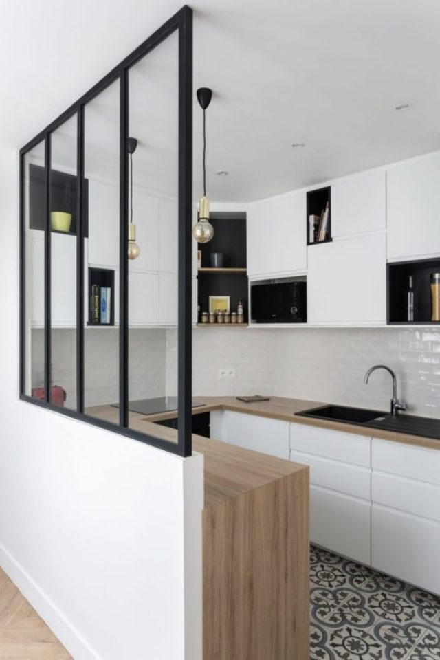 verriere moderne petite cuisine exemple montant noir verticaux posés sur soubassement placo