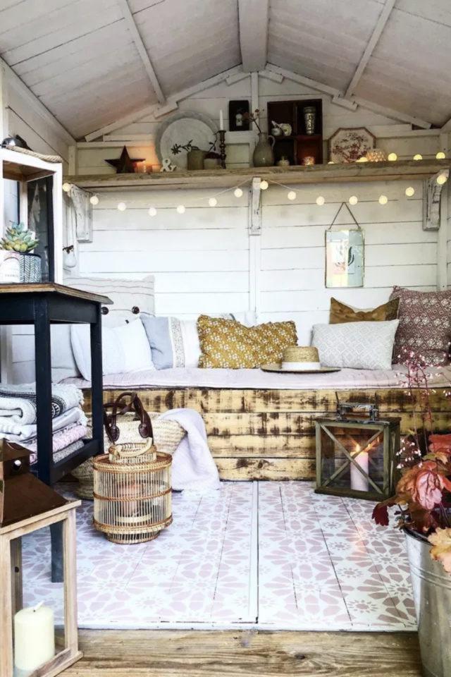 amenagement confortable chalet jardin banquette coussins tapis