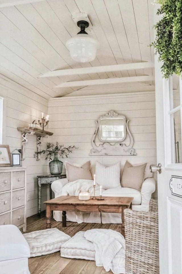 amenagement confortable chalet jardin petit canapé blanc table basse commode