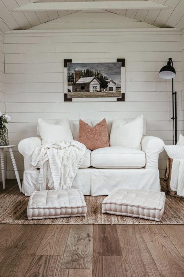 amenagement confortable chalet jardin peint en blanc canapé salon appoint