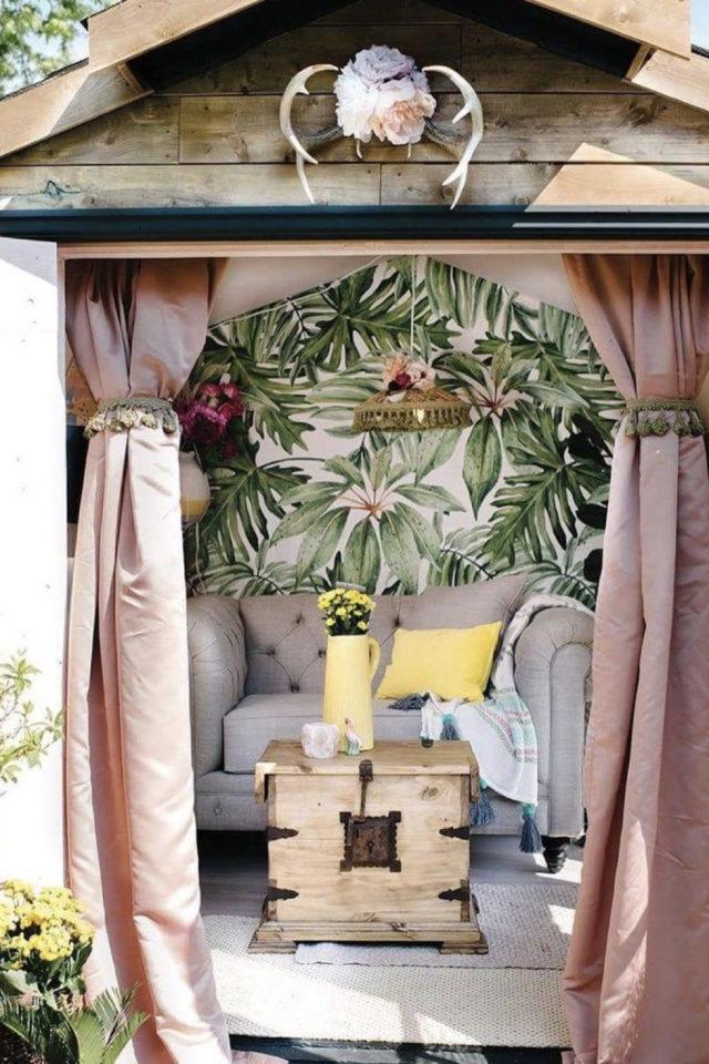 amenagement confortable chalet jardin rideau papier peint petit canapé fauteuil XXL gris