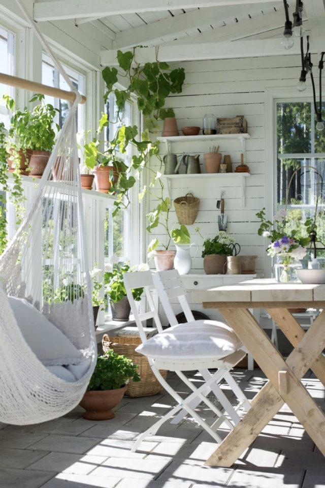 amenagement confortable chalet jardin soin repas protégé table plantes vertes hamac