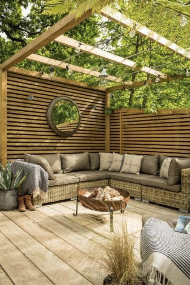 brasero exemple amenagement jardin terrasse bois foyer extérieur couleur rouille brise-vue canapé angle