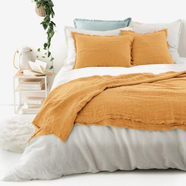 chambre couleur accessoire exemple dessus de lit en lin lavé ocre jaune solaire