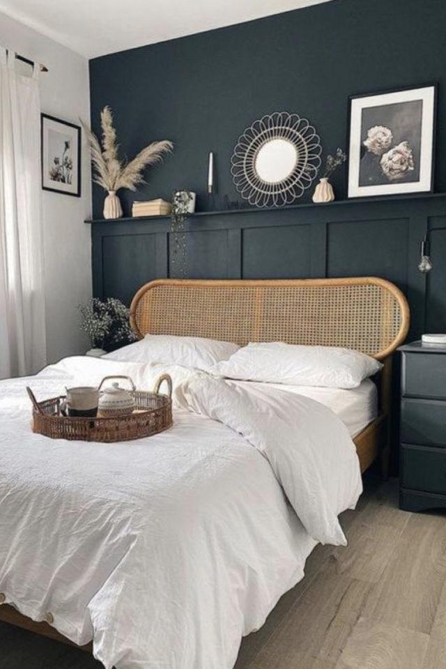 chambre moderne vert et blanc decoration peinture murale vert bouteille tête de lit en rotin