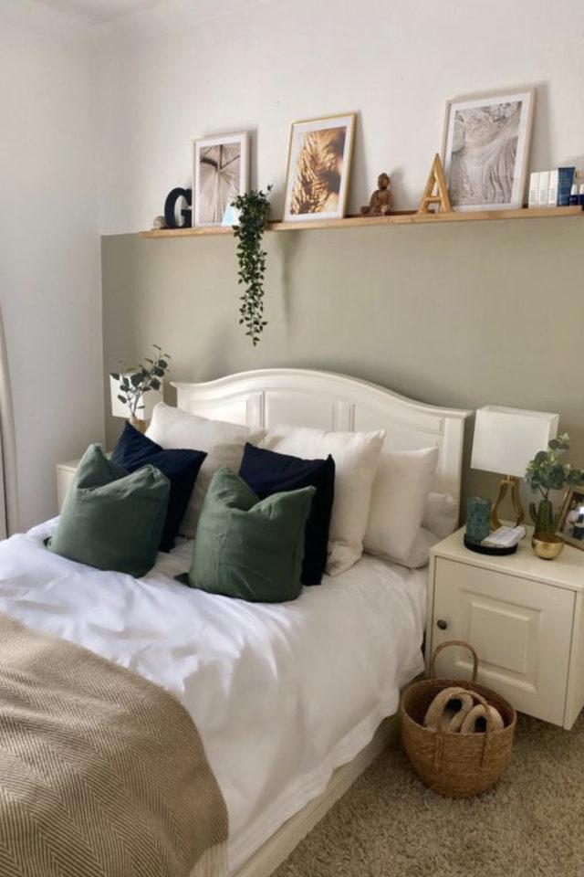 chambre moderne vert et blanc decoration vert sauge soubassement haut tablette en bois tête de lit