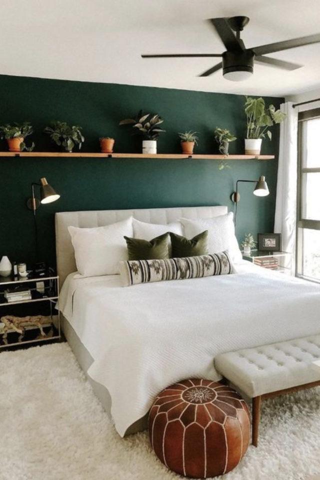 chambre moderne vert et blanc decoration mur accent couleur sombre tablette bois plantes