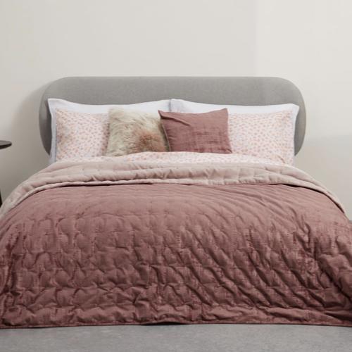 couleur chambre accessoire decoration mobilier bouti couvre lit rose poudré