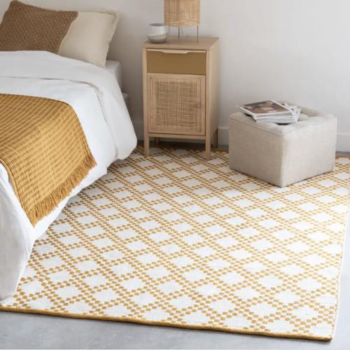 deco chambre accesoire colore descente de lit couleur blanc jaune motif géométrique moderne