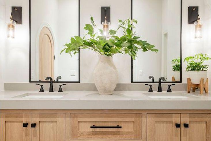 decoration interieur exemple deco moderne salle de bain accessoire miroir deco murale