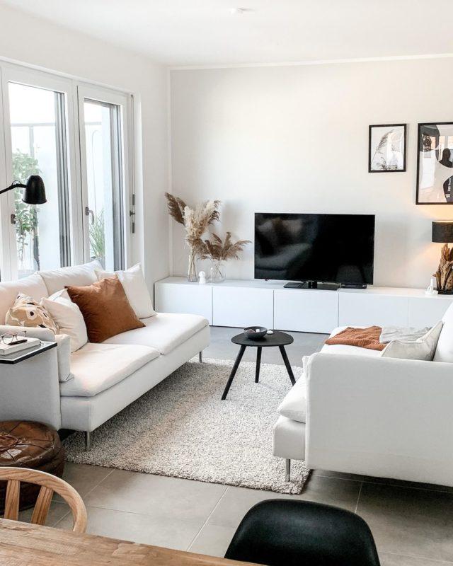 decoration minimaliste salon indispensables meuble télé blanc canapé blanc en face à face
