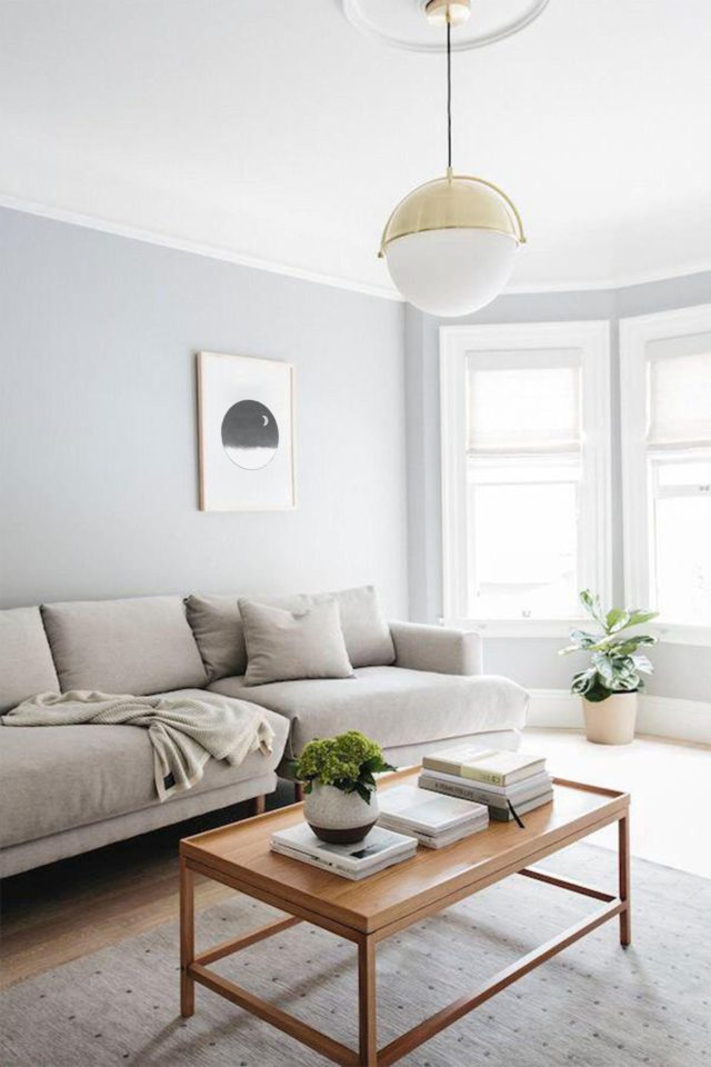 decoration minimaliste salon indispensables mur gris clair canapé table basse bois
