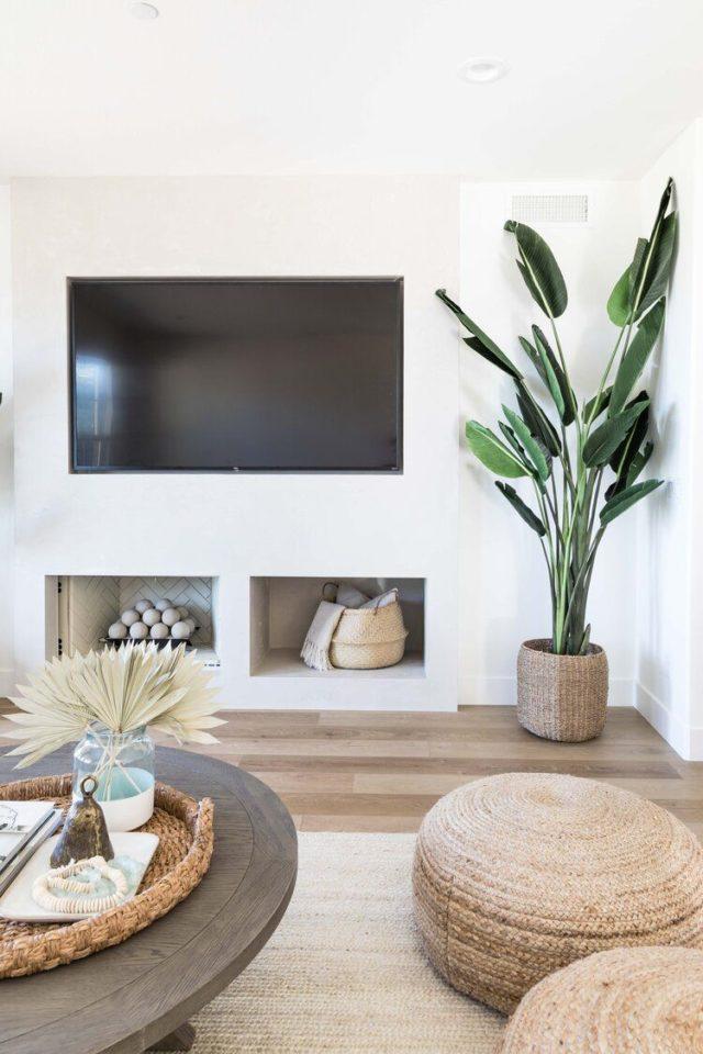 decoration minimaliste salon indispensables écran télévision mural mur blanc