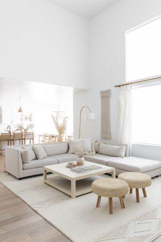 decoration minimaliste salon indispensables ambiance lumineuse grand salon canapé angle gris