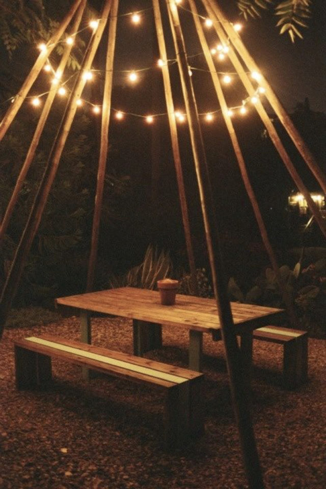 eclairage jardin exemple a copier création d'un tipi en bois avec guirlande lumineuse au dessus table de pique-nique