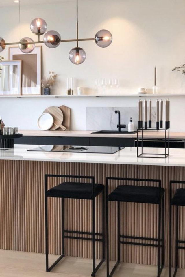 espace repas style japandi îlot de cuisine bois plan de travail blanc tabouret bar noir minimaliste