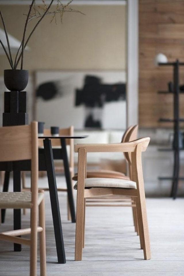 espace repas style japandi chaise design en bois clair