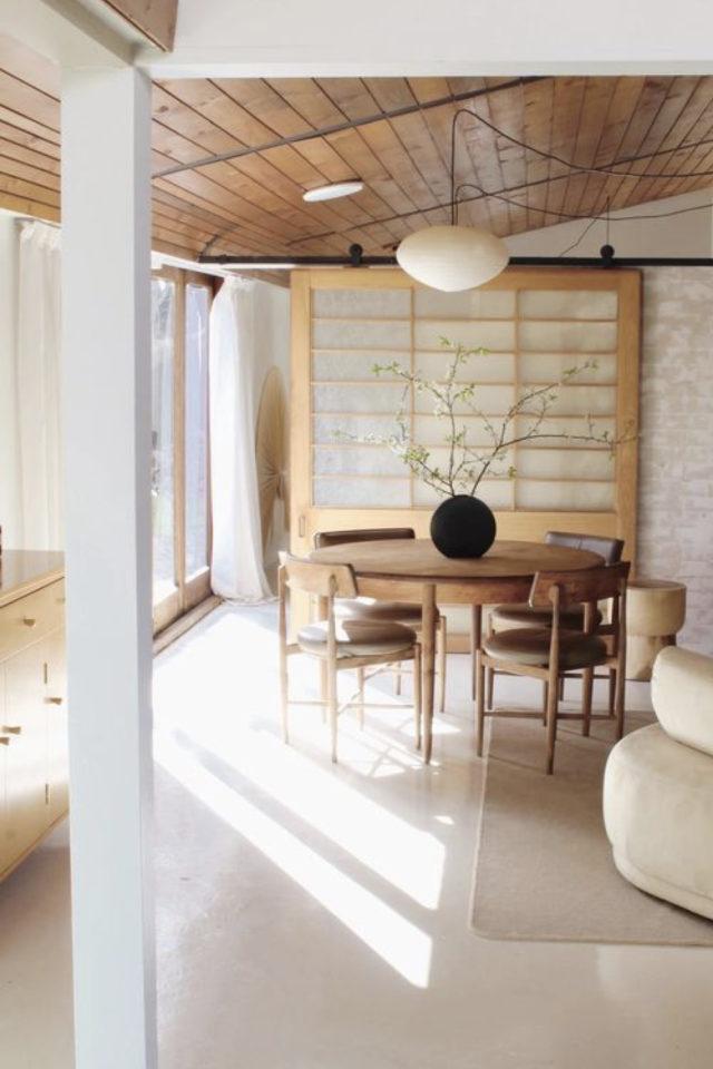 espace repas style japandi ambiance lumineuse bois table ronde slow living
