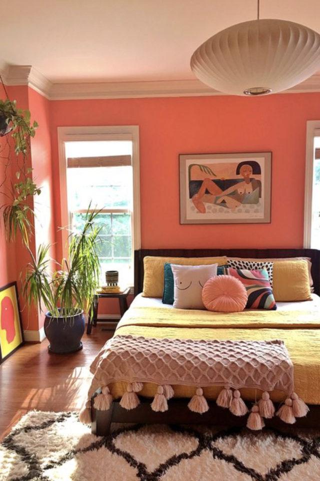 exemple chambre adulte plusieurs couleurs peinture mur orange ambiance bohème couvre lit pompon drap jaune