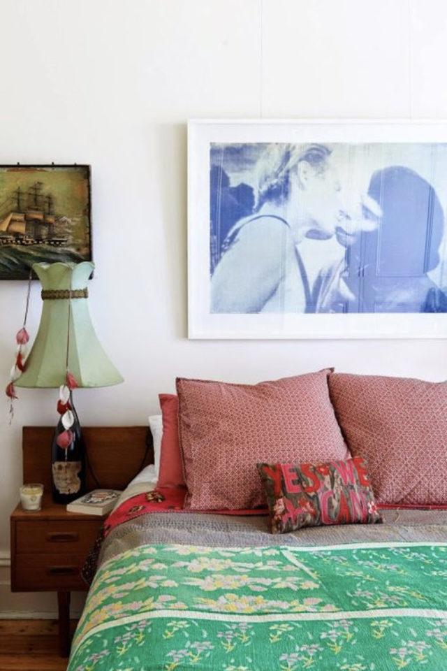 exemple chambre adulte plusieurs couleurs peinture blanche accessoire déco colorés cadre photo bleue housse couette verte coussin rose rouge