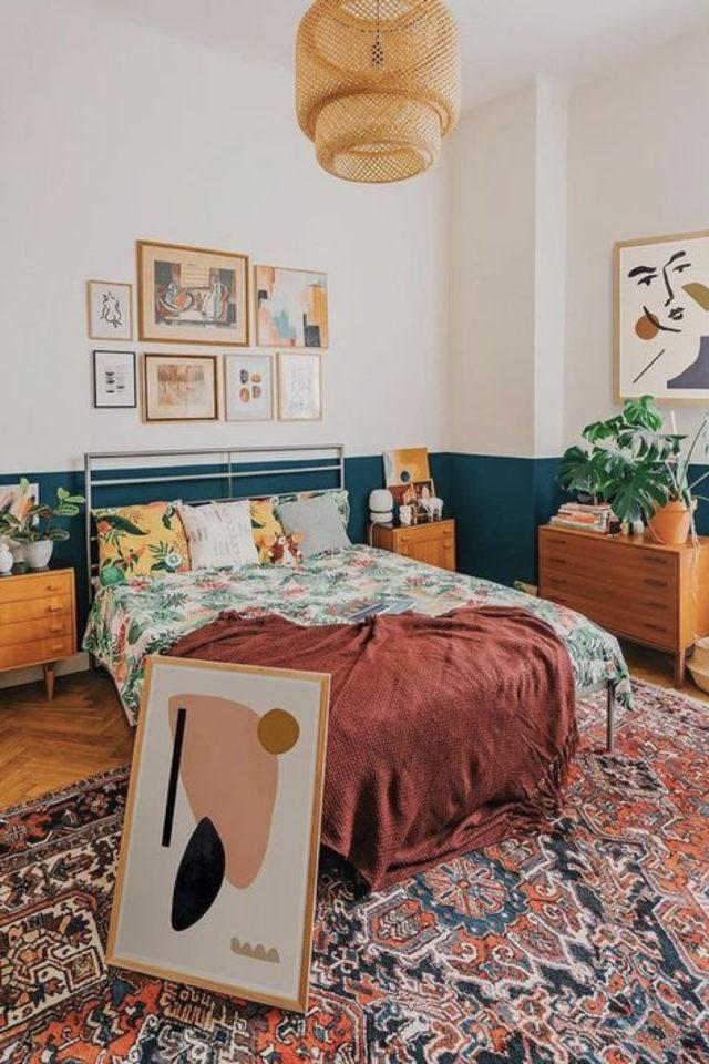 exemple chambre adulte plusieurs couleurs ambiance moderne soubassement vert tapis persan coloré parure de lit motif vert amande plaid terracorra mobilier mid century modern