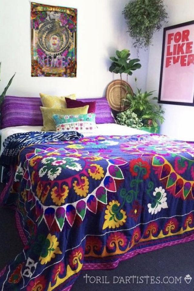 exemple chambre adulte plusieurs couleurs parure de lit violet prune boheme mandala fleur affiche rose