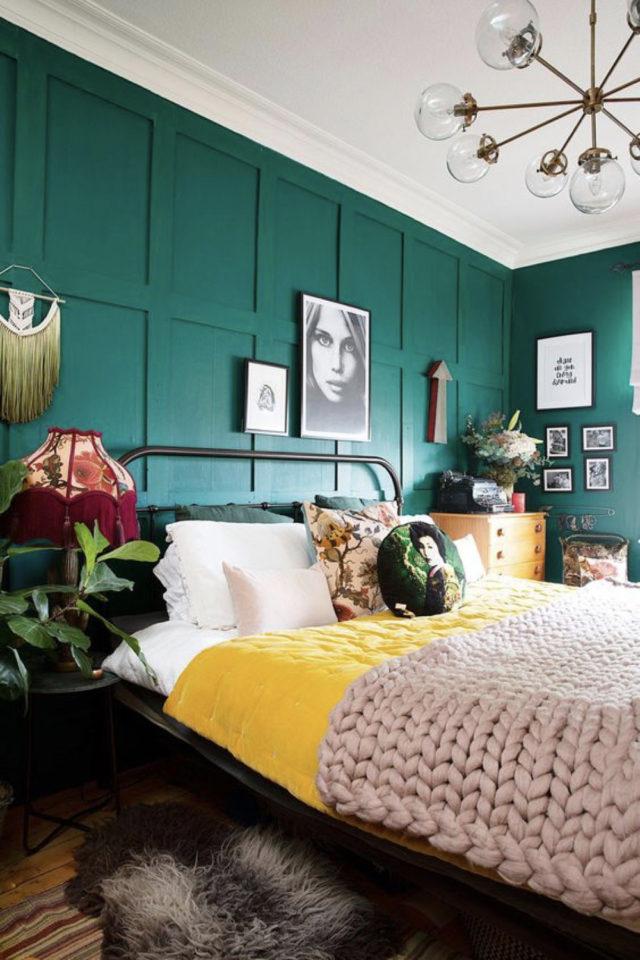 exemple chambre adulte plusieurs couleurs moderne vert sapin parure de lit linge jaune plantes vertes