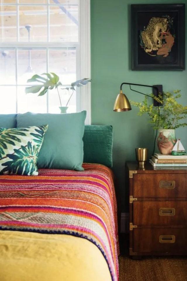 exemple chambre adulte plusieurs couleurs peinture accent vert moderne douceur parure de lit chaude rouge orange coussin