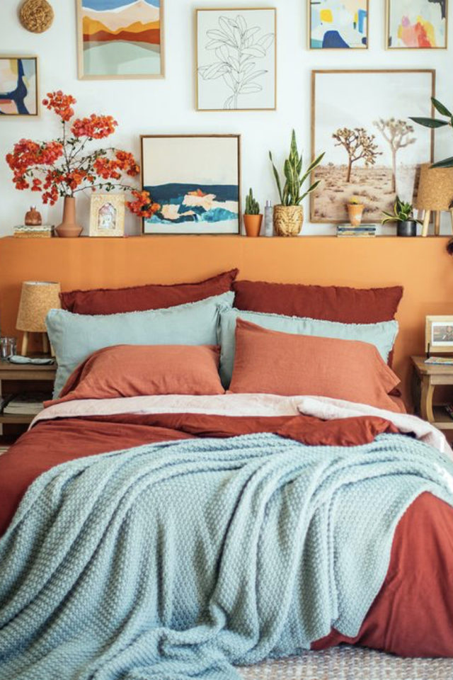 exemple chambre adulte plusieurs couleurs tête de lit orange linge drap bleu vert céladon coussin terracotta